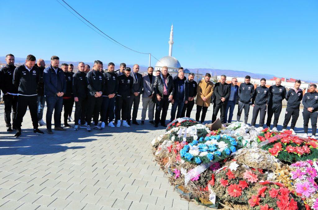 """Ekspedita e klubit AKV """"Bardhosh Gërvalla"""" bëri homazhe të varri i legjendës Fadil Vokrri"""
