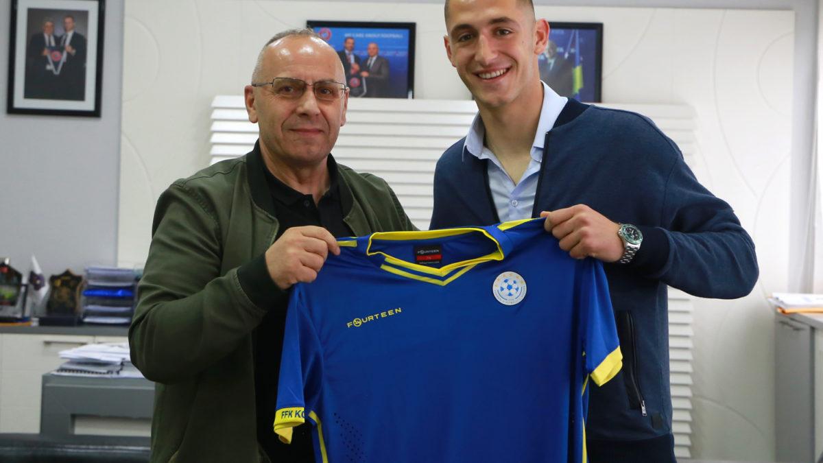 Presidenti Ademi priti futbollistin e ri Arton Zekaj, i dëshiron mirëseardhje në folenë Dardane