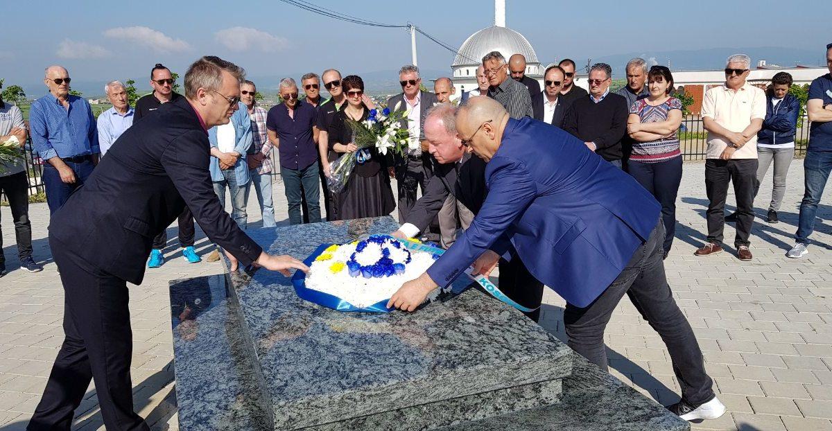 Krerët e FFK-së dhe ish-bashkëlojtarët bëjnë homazhe tek varri i ish-presidentit Vokrri