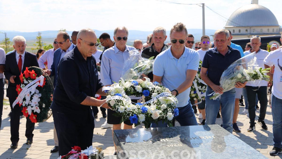 Homazhe dhe një minutë duartrokitje tek varri i Legjendës, Fadil Vokrri