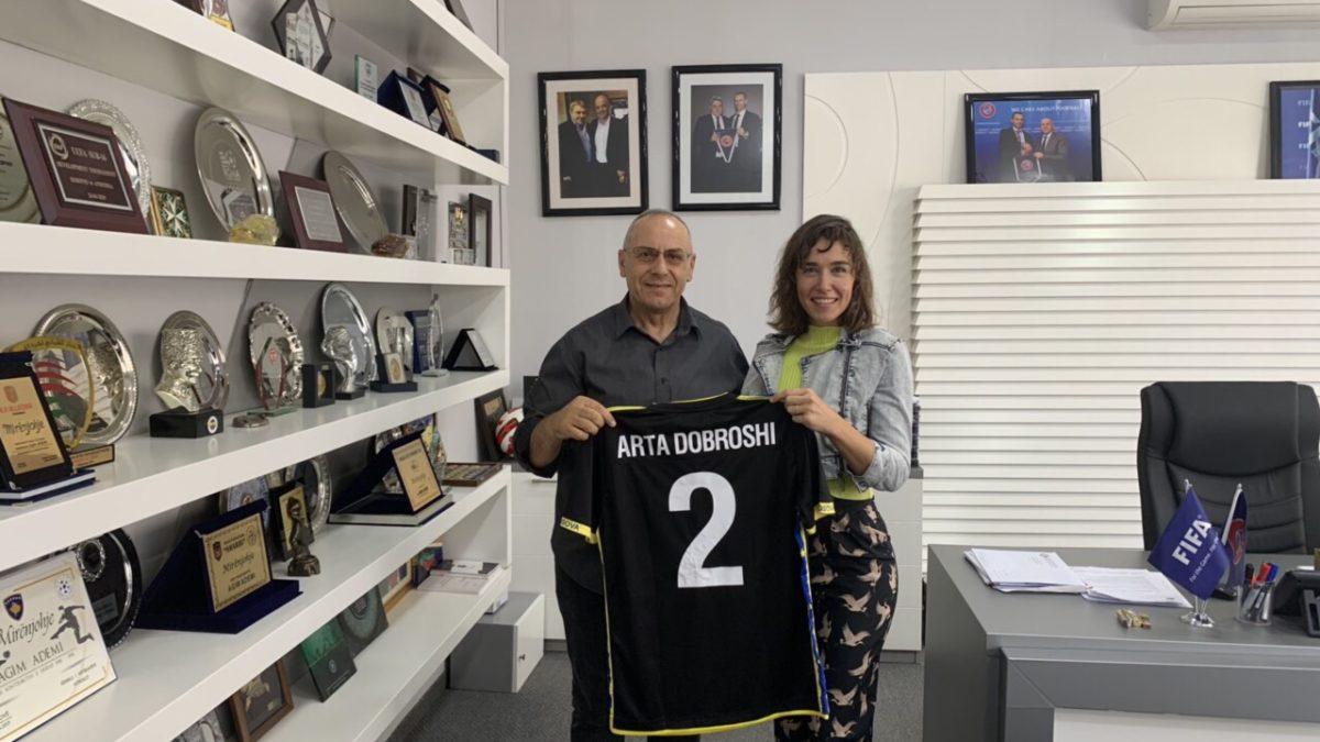 Presidenti Ademi priti aktoren me famë botërore, Arta Dobroshi