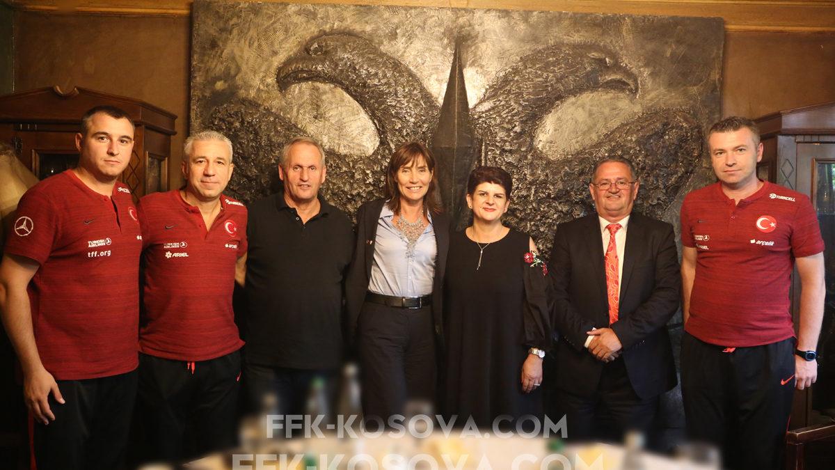 FFK shtroi drekë zyrtare para ndeshjes Kosovë – Turqi