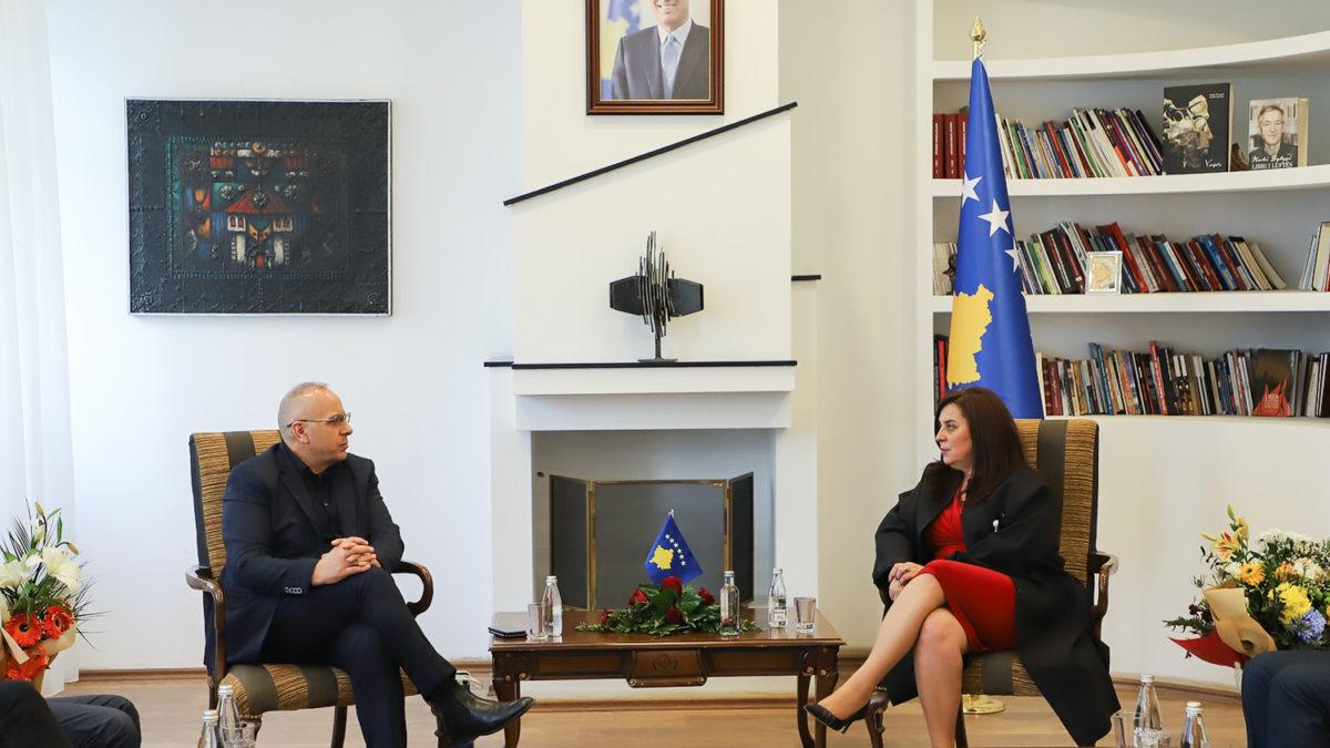 Krerët e FFK-së u pritën nga ministrja Vlora Dumoshi