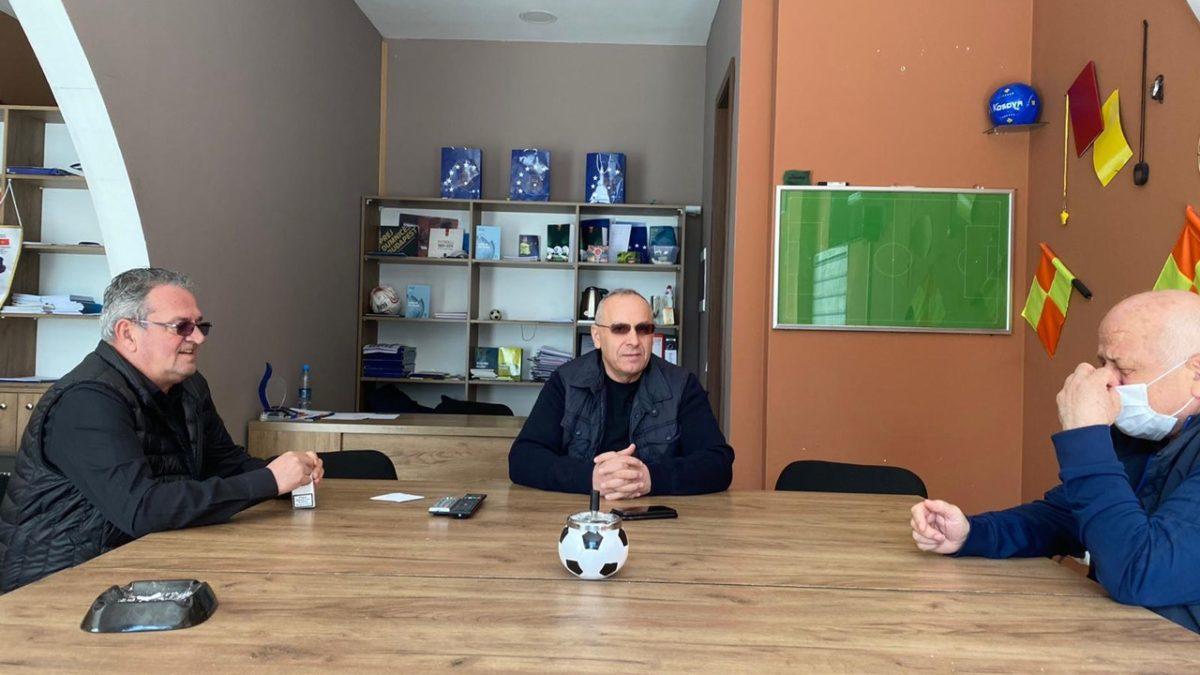 Presidenti Ademi vizitoi LRF të Mitrovicës, i njofton për mbështetjen e klubeve
