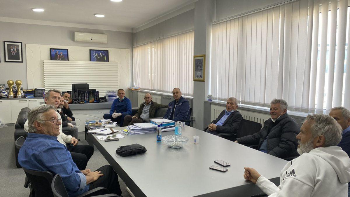 Krerët e FFK-së takuan trajnerët dhe stafin mjekësor të ekipeve Kombëtare