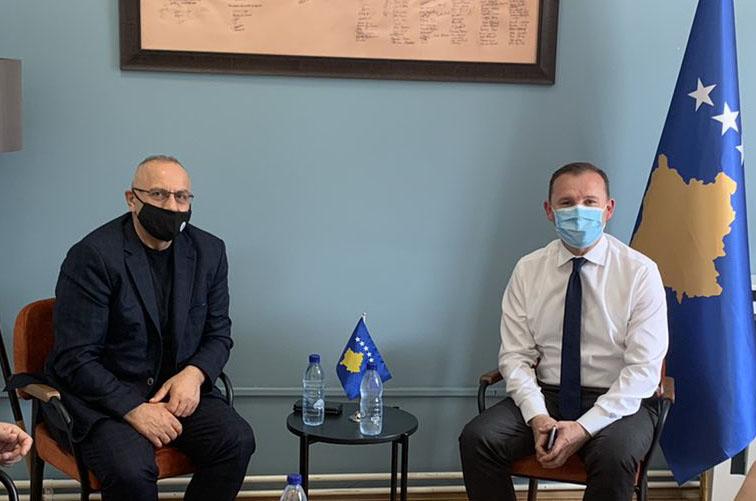 Drejtuesit e FFK-së takuan ministrin Zemaj