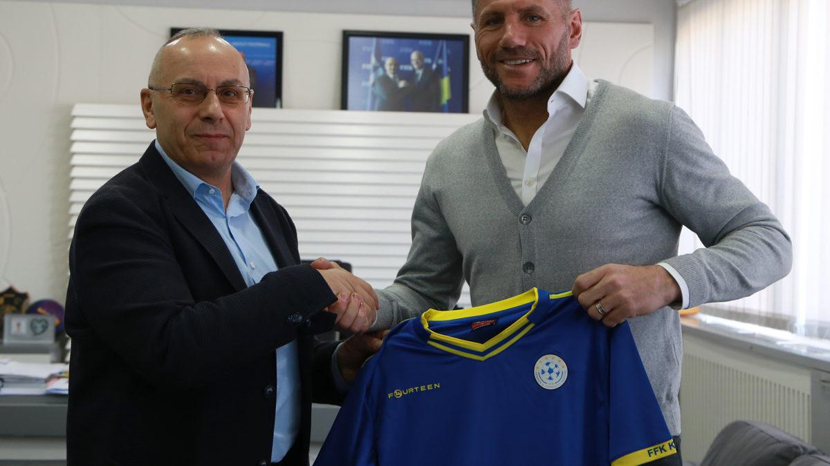 Presidenti Ademi priti ish-futbollistin Shefki Kuqi