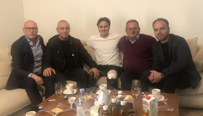 Krerët e FFK-së vizituan futbollistin Hekuran Kryeziu