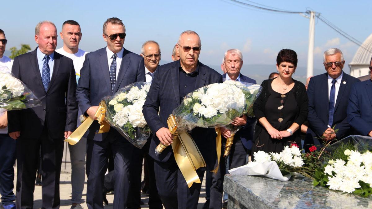 Drejtuesit e FFK-së vendosën buqeta lulesh tek varri i ish-presidentit Fadil Vokrri