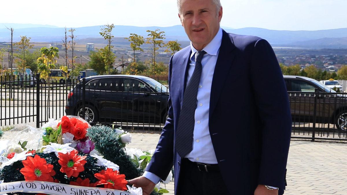 """Shuker bëri homazhe te varri i legjendës, nderohet me çmimin """"Fadil Vokrri i Artë"""""""